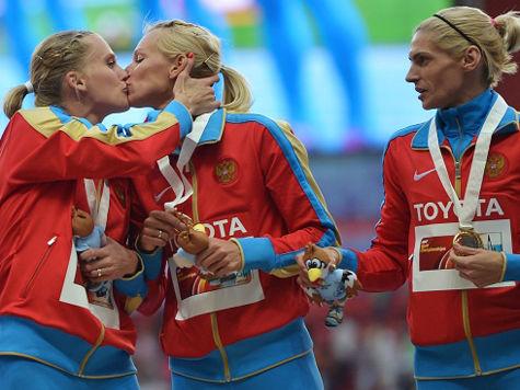 Российские бегуньи оскорблены реакцией на их поцелуй