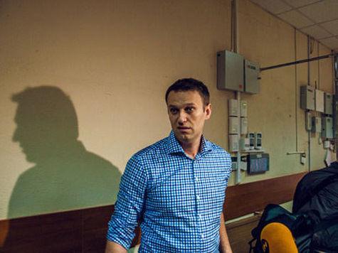 Сторонники на вокзале забросали Навального цветами