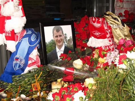 На месте убийства Егора Свиридова собрались тысячи фанатов