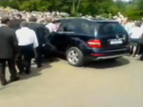 Дмитрий Медведев на джипе чуть не въехал в толпу