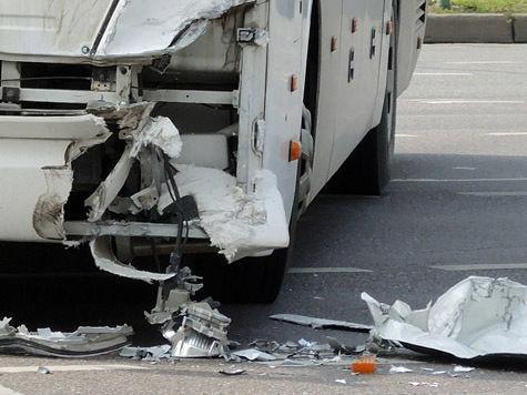 «Чайник» уронил столб на автобус