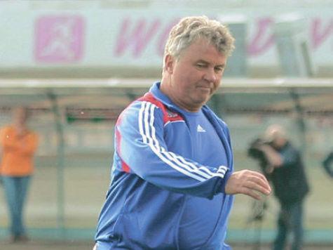 Гус Хиддинк отстранен от футбола на шесть матчей