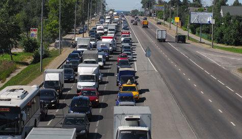 Проехать по популярному столичному шоссе невозможно — оно превратилось в сплошную пробку