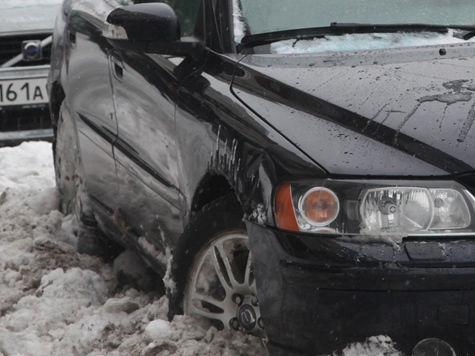Согласно одобренным депутатами поправкам в КоАП платить придется даже за замену колеса автомобиля в неположенном месте