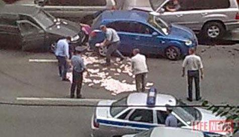 Московский чиновник попытался избавиться от «легких» денег прямо на дороге