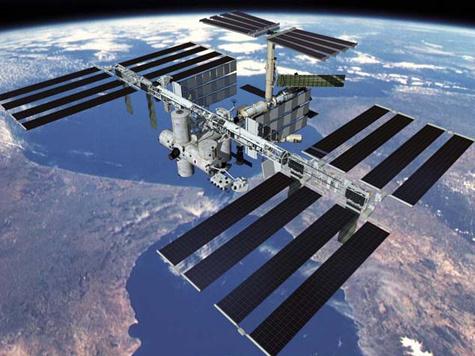 Космонавты едва спаслись от мусора