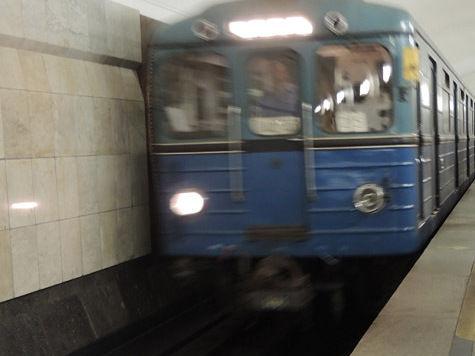 Упавший пассажир парализовал Калининскую ветку подземки
