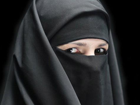 Родители московского дошкольного учреждения возмущены, что их посудомойка носит мусульманский платок