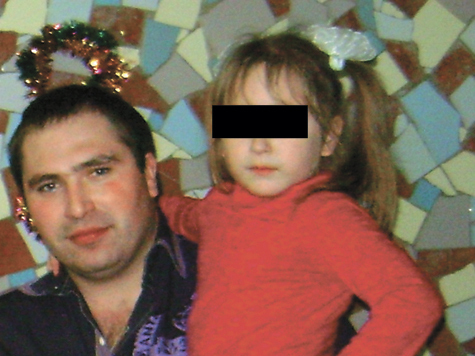 Органы опеки оставили девочку матери и отчиму, которого подозревают в педофилии. Ребенка выкрал и прячет отец