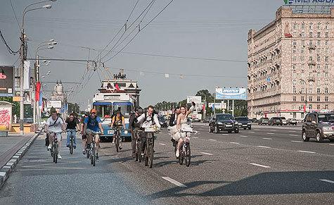 В Москве стало модно приезжать на свадьбы на двухколесных средствах передвижения