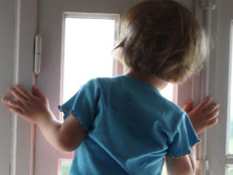 Малышка свалилась с балкона в школе
