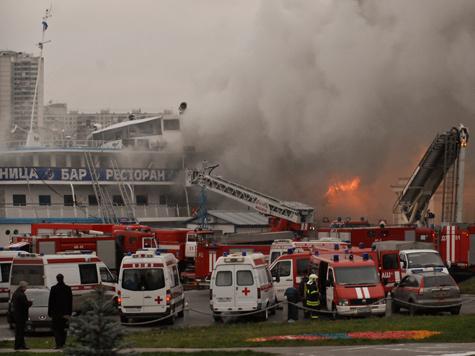 Теплоход сгорел в Северном речном порту во время вечеринки