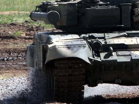 Военные наматывают коноплю на гусеницы