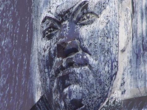 Хулиганы покрасили памятник первому президенту
