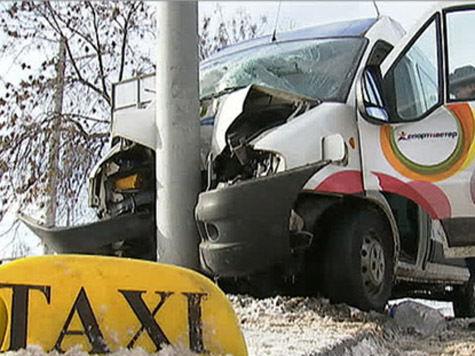 11 человек пострадали в субботу в ДТП с участием маршрутного такси, произошедшем в Лианозовском проезде