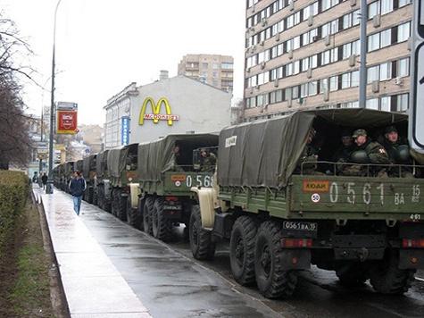 Блогеры обнаружили в центре Москвы грузовики с военными