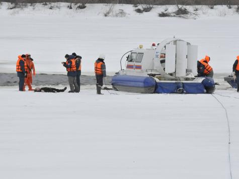 В Нижнем Новгороде достали упавший в воду вертолет