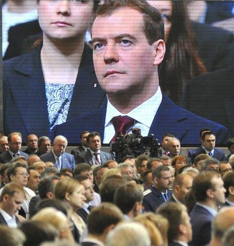 Новый лидер дал первые партийные установки, а прежний рассуждал о халве