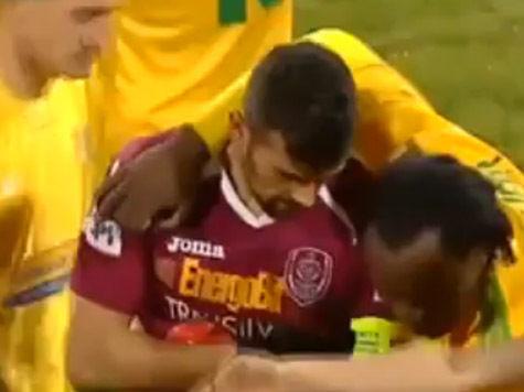 Футболисту выбивают пять зубов на матче: ВИДЕО