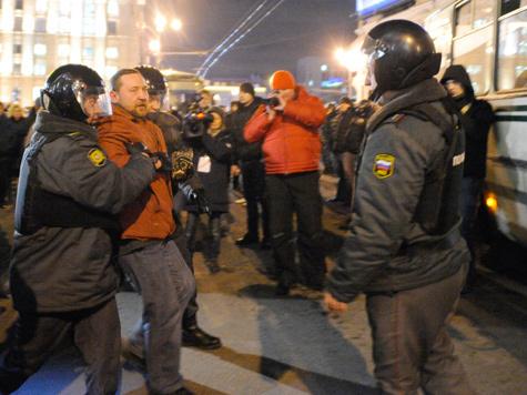 Сторонники и противники власти разошлись по разные стороны улицы