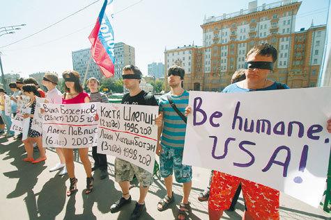 """Движение """"Россия молодая"""", позиционирующее свою идеологию как гражданский национализм, а свои главные цели — как борьбу с западной экспансией и терроризмом, 23 июня шумно протестовало возле американского посольства"""