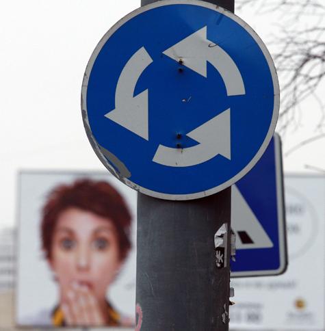 На дорожных знаках разрешили размещать безликую рекламу