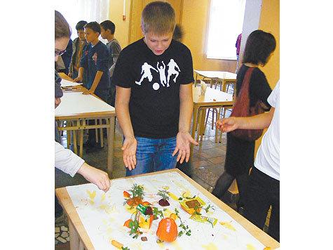 Детей научили рисовать едой