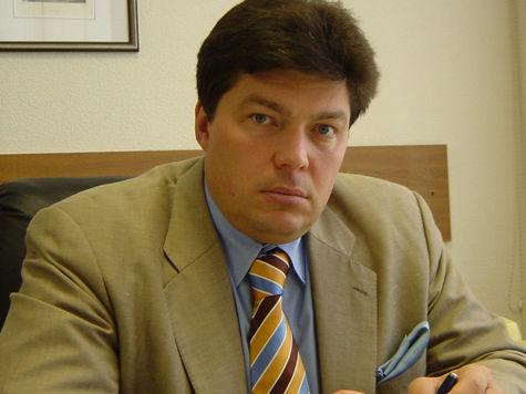 Сенатор Маргелов живет с неизвестным мужчиной?