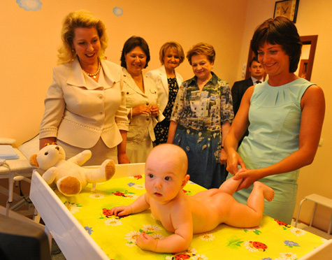 Светлана Медведева подарила младенцу медведя