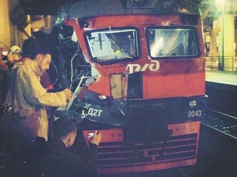 Машинист электрички и его помощник приняли удар крана на себя