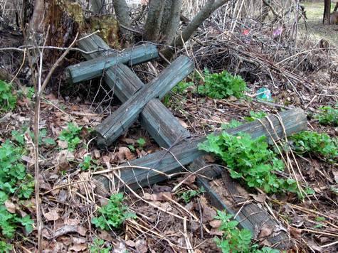 Двух бомжей за махинации с цветами и крестом на могилах отправил на тот свет 36-летний безработный житель Рошаля Шатурского района Подмосковья, ранее судимый за грабеж
