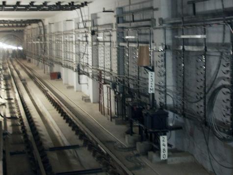 Экстремал погиб, выпав на ходу из метропоезда