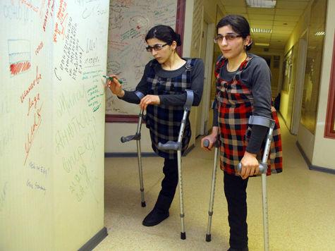 Известные на весь мир сиамские близнецы не хотят замуж и мечтают стать врачами