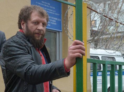 Конфликт между бойцом Александром Емельяненко и пенсионером Василием Мысютиным, начавшийся с драки в кафе, похоже, закончится перемирием