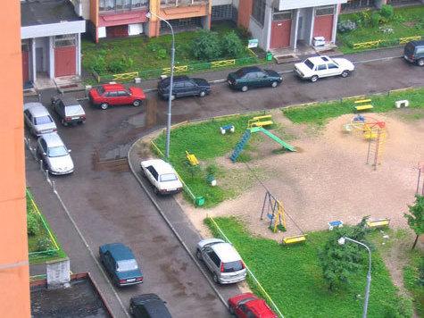 Пользуясь отсутствием запрещающих знаков, автомобилисты используют дворы как проезжую часть