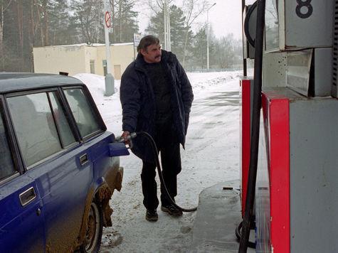 Цены на бензин рухнули, сравнявшись с уровнем лета прошлого года