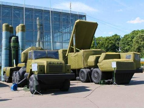 На защите России - сдуваемые ветром резиновые танки и ракетные установки