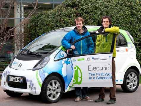Французские инженеры отправились в кругосветку на электромобиле