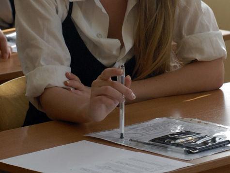 С ЕГЭ по русскому за использование мобильников были удалены 30 столичных школьников