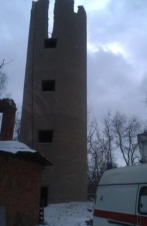 Один человек погиб и двое пострадали во вторник в результате сноса старой водонапорной башни в Люберецком районе Подмосковья