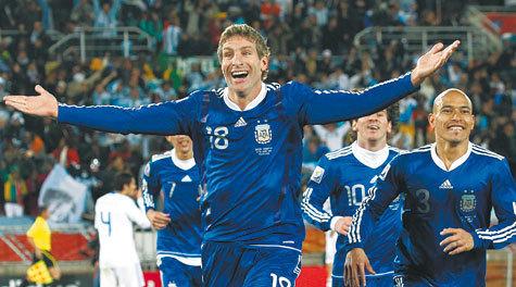 Героем очередного игрового дня на чемпионате мира по футболу я бы лично назвал форварда сборной Аргентины Мартина Палермо, забившего один из мячей в ворота греков
