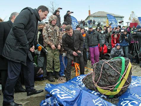 16 октября губернатор Михаил Юревич прибыл на озеро Чебаркуль, где проходил завершающий этап мероприятий по подъему метеорита со дна водоема.