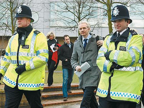 Основатель Wikileaks пока остается в Британии
