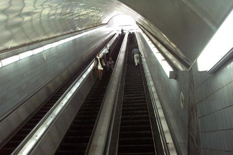 Почти в два раза светлее должно быть в залах станции метрополитена, чем на эскалаторе или перронах