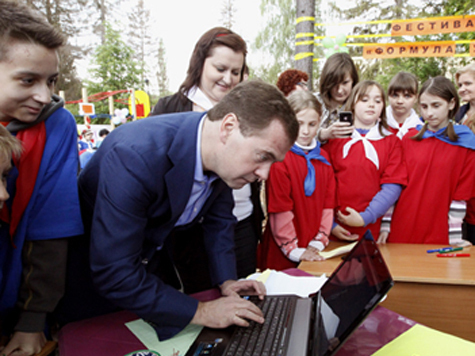 Премьер порадовал детей