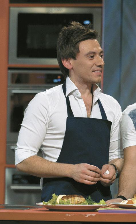 Руслан Алехно угощает горячими блинами с ледяной начинкой