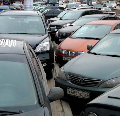 Московским водителям повысили штрафы, но не оставили выбора: в центре все паркуются по-прежнему