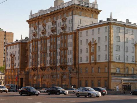 Москвичи закапывают вещи у посольства США