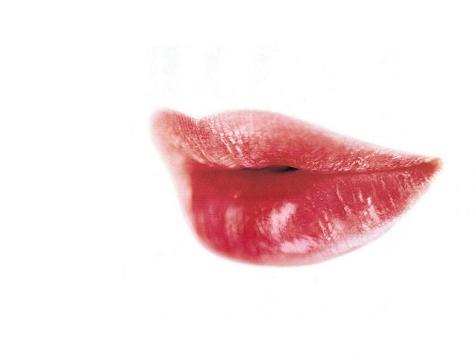 Красная помада на губах делает мужчин щедрее