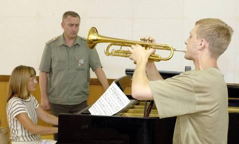 Днем ранее питерский и московский музыкальные начальники толковали о престиже страны.
